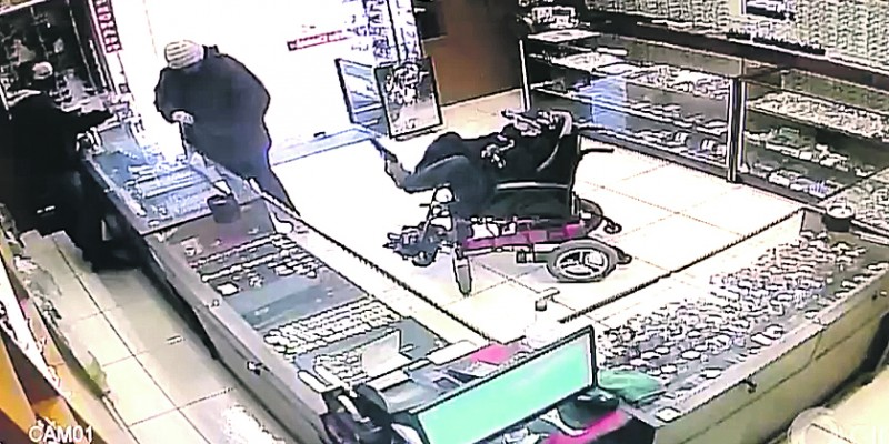 Cadeirante mudo que tentou assaltar relojoaria não é indiciado