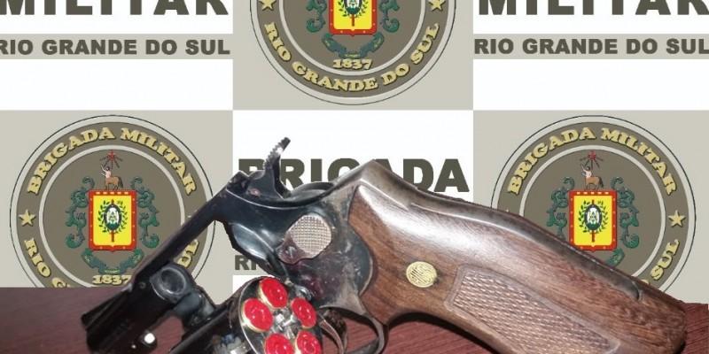 MULHER FLAGRADA PELA BM COM REVÓLVER NA FRENTE DO PRESÍDIO