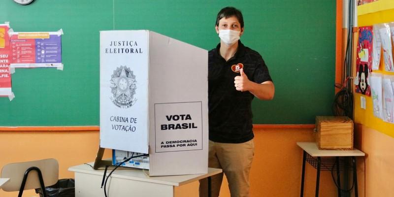 Candidato Gilberto Cezar vota pela manhã na COOPEC