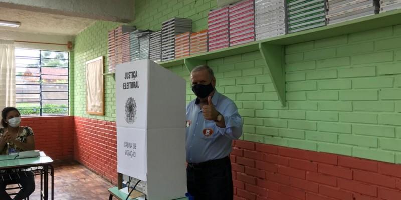 Constantino votou no começo da manhã na Escola Neusa Mari Pacheco