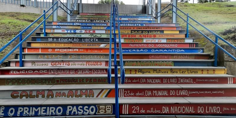 Escadaria da Escola Danton vira obra de arte