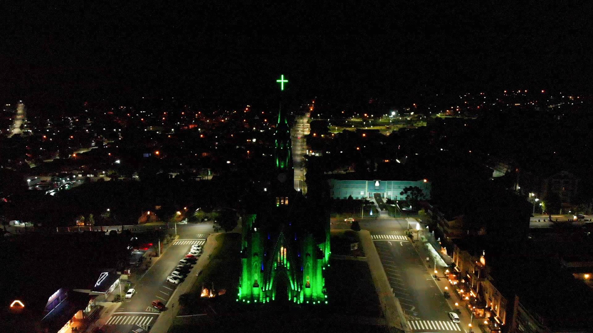 Catedral de Pedra ganha iluminação verde para homenagear profissionais da saúde