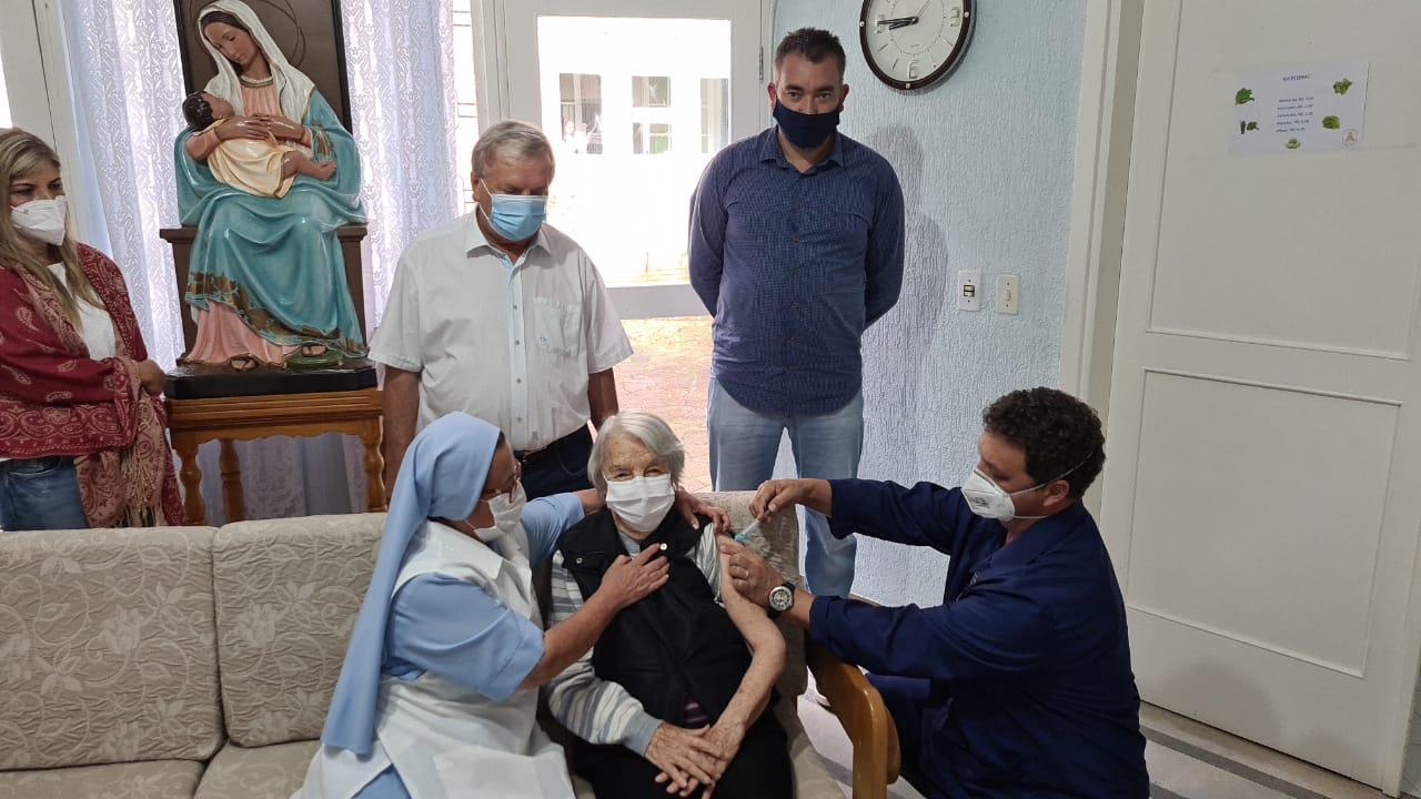 Canela começa aplicar vacinas